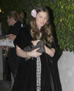 Жена Тимберлейка носит высоченные каблуки на последнем месяце беременности