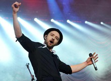 Джастин Тимберлейк во время выступления на концерте фото