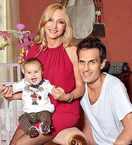 Кристина Орбакайте с мужем Михаилом Земцовым и дочкой Клавдией фото