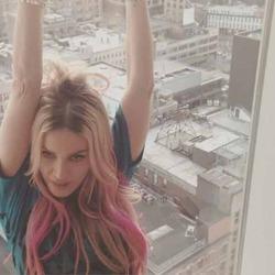 Мадонна перекрасилась в розовый