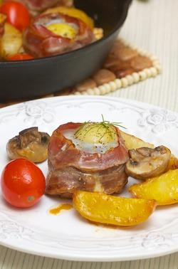 Филе-миньон в беконе с перепелиным яйцом