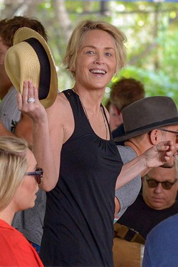 Нестареющая Шэрон Стоун развлекается в Майами