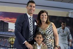 На церемонию вручения очередной награды Роналду пришел с сыном и мамой