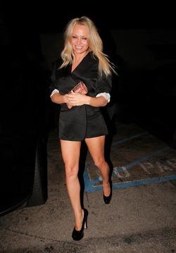 Памела Андерсон носит пиджак без низа