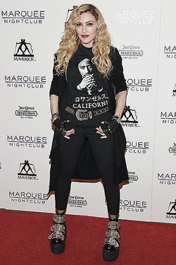 Мадонна снова удивила нарядом