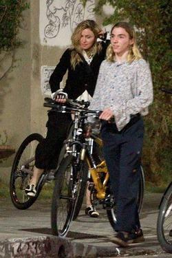 Мадонна с сыном катаются на велосипедах