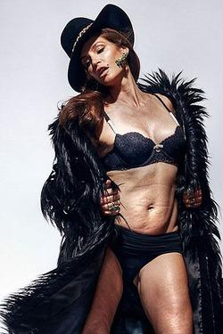 Синди Кроуфорд впервые прокомментировала снимок «без фотошопа»