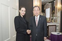 Проблемы со здоровьем не помешали Анджелине Джоли прилететь в Гаагу