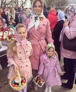 Наталья Ионова с дочерьми сходили в церковь, чтобы освятить куличи и яйца