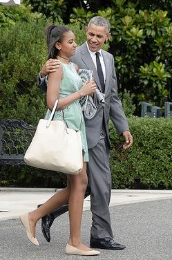Дочь президента США Барака Обамы трудится кассиром