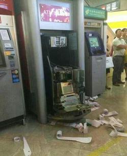 Взбешенная китаянка сломала 22 банкомата