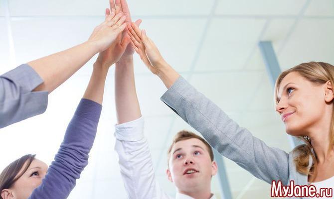 Дружный фитнес на работе: «физкульт минутка» на пару с коллегой.