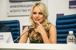 В Москве Памела Андерсон рассказала, какие шубы сейчас самые модные