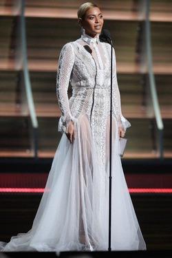 Бейонсе явилась на «Грэмми» в свадебном платье