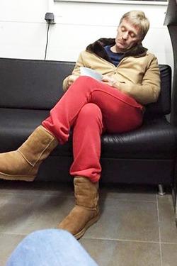 Дмитрий Песков в красных штанах и уггах стал героем интернета