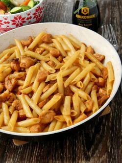 Паста с курицей, медом и соевым соусом