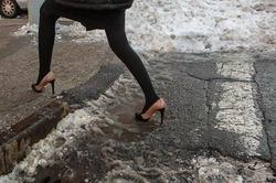 Девушки, зачем вам каблуки зимой?
