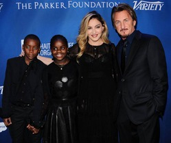 Мадонна пришла на гала-вечер под ручку с Шоном Пенном