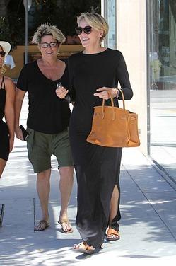 Красивая и жизнерадостная Шэрон Стоун на прогулке