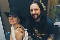 Леди Гага сделала тату, чтобы поддержать всех жертв насилия