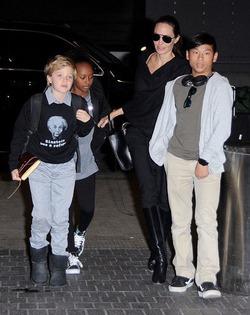 Дочка Джоли и Питта продолжает одеваться как мальчик
