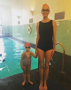 Ума Турман опубликовала фото из бассейна
