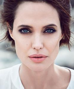 Ради чего Анджелина Джоли бросает кино