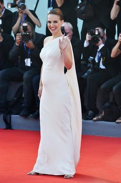 Натали Портман больше не скрывает вторую беременность