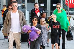Джоли утверждает, что Питт кричал и поднимал руку на детей