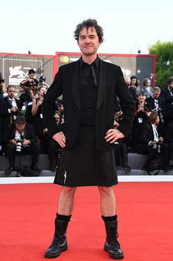 Британский режиссер пришел на открытие Венецианского кинофестиваля в юбке