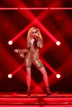 Майли Сайрус в странном леопардовом костюме