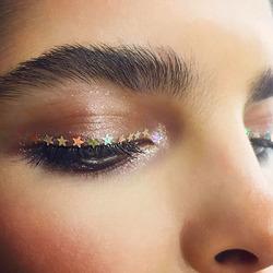 Новогодний макияж глаз: звездочки вместо подводки