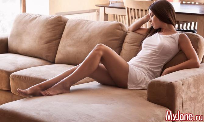читает журнал на диване и ласкает себя