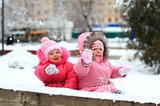 Зимой такая красота! Не хочется домой. Веселье, смех и теснота На горке ледяной. Давно промокли варежки, Но мы не замерзаем. А мы в снежки, А мы в снежки, А мы в снежки играем!