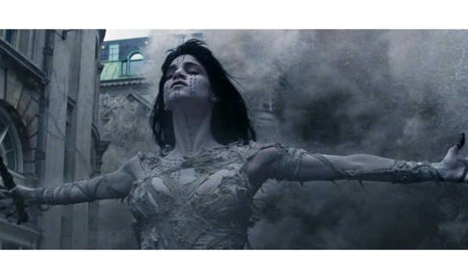 Том Круз в объятиях прекрасной мумии