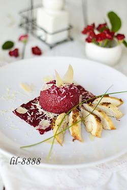 Салат из свеклы с козьим сыром и курицей