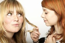 Неуверенные дамы неадекватно оценивают других женщин