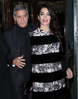 Беременная Амаль Клуни запретила мужу выходить в свет