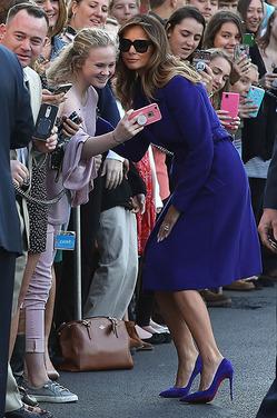 Элегантное синее пальто Мелании Трамп от Pucci