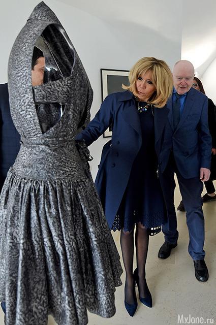 Изысканный модный образ Брижит Макрон в Африке