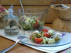 Салат с молодой капустой и моцареллой