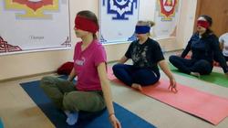 Йога с завязанными глазами