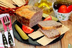 Мясной горчичный хлеб с сырным топпингом