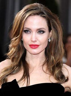 Анджелина Джоли: «У меня самый скучный набор макияжа»