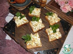 Чесночные гренки с яичным салатом