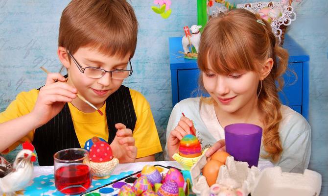 Как красить пасхальные яйца с детьми?