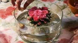 Валентинка. Ароматные розы в чаше со свечами.