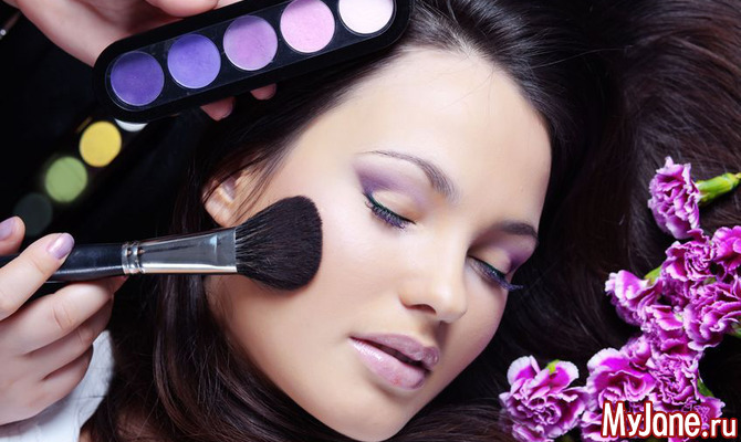 Как носить яркий макияж летом