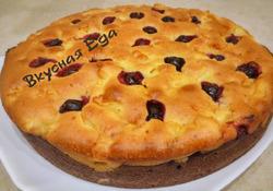 Нежный и мягкий пирог с яблоками и ягодами