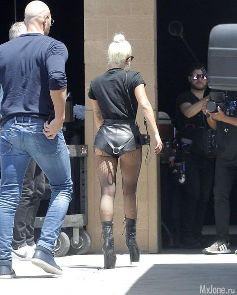 Леди Гага в рваных колготках